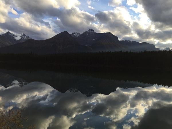 「ハーバート湖(Herbert Lake)」鏡のように周囲の山々を写す静かな湖 #アイスフィールド・パークウェイ #アルバータ秋旅 #カナダ