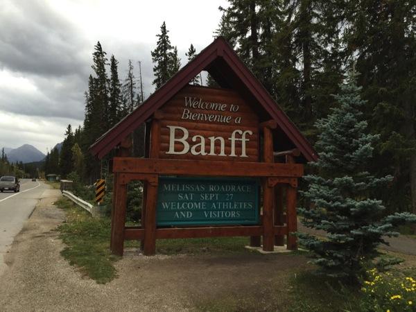 「バンフ(Banff)」カナディアンロッキー観光の拠点になる街にスクランブル交差点がやってきた #アルバータ秋旅 #カナダ