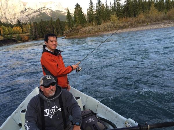 【動画あり】ボウ川でルアーフィッシング体験!川を泳いで渡る野生のエルクにも遭遇! #アルバータ秋旅 #カナダ