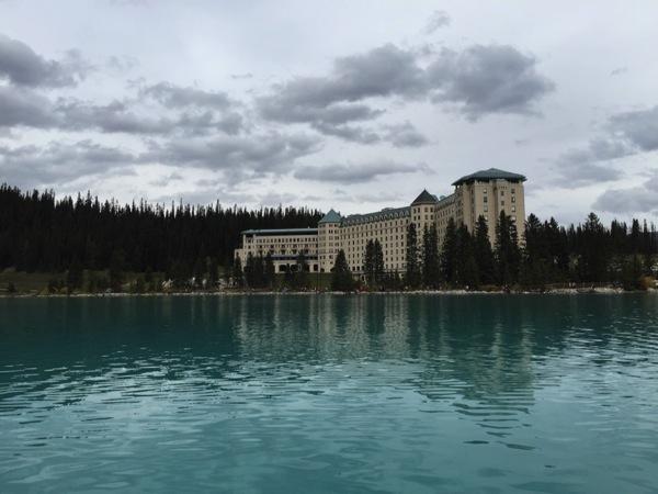 「ザ フェアモント シャトー レイクルイーズ」ブル〜ブル〜ブル〜ブル〜ブル〜シャ〜ト〜♪青い湖畔に佇む四つ星ホテル #アルバータ秋旅 #カナダ