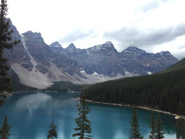 「モレーン湖(Moraine Lake)」青い、青すぎる。ターコイズブルーの湖から目が離せない! #アルバータ秋旅 #カナダ