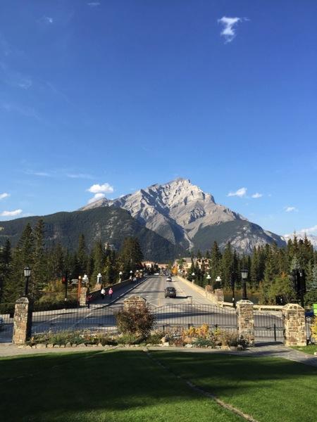 「カスケードロックガーデン」壁紙にしたくなるバンフのメインストリートとカスケード山の景色 #アルバータ秋旅 #カナダ